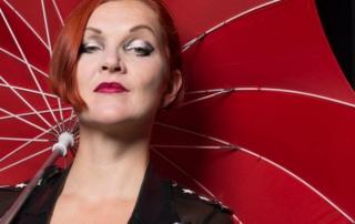 Kristina Marlen mit rotem Schirm